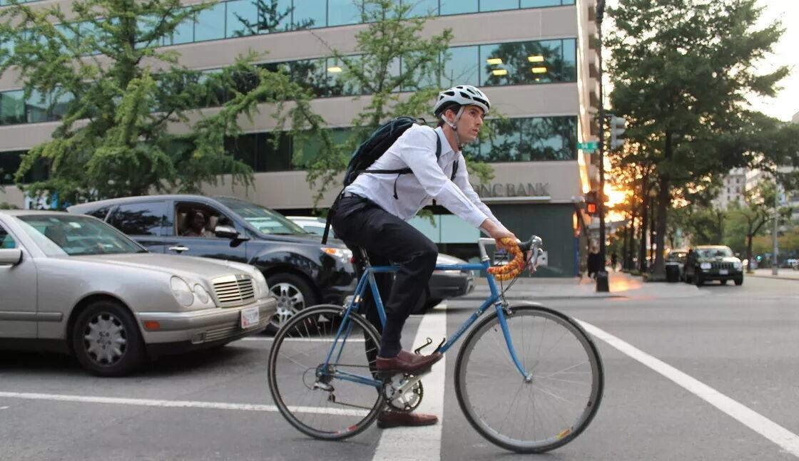 Новая редакция ПДД позволяет велосипедистам двигаться в полосе для движения маршрутных транспортных средств