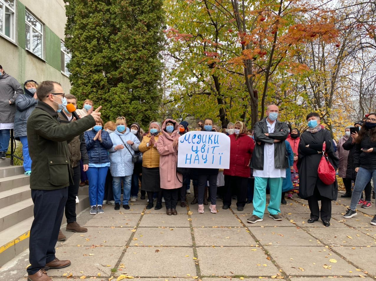 После завершения митинга неравнодушные граждане поехали в городской совет и передали свои требования городской власти.