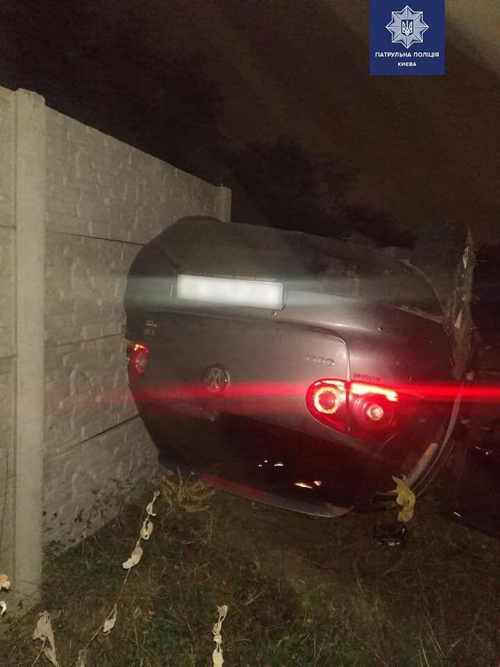 Нібито машина наїхала на камінь.