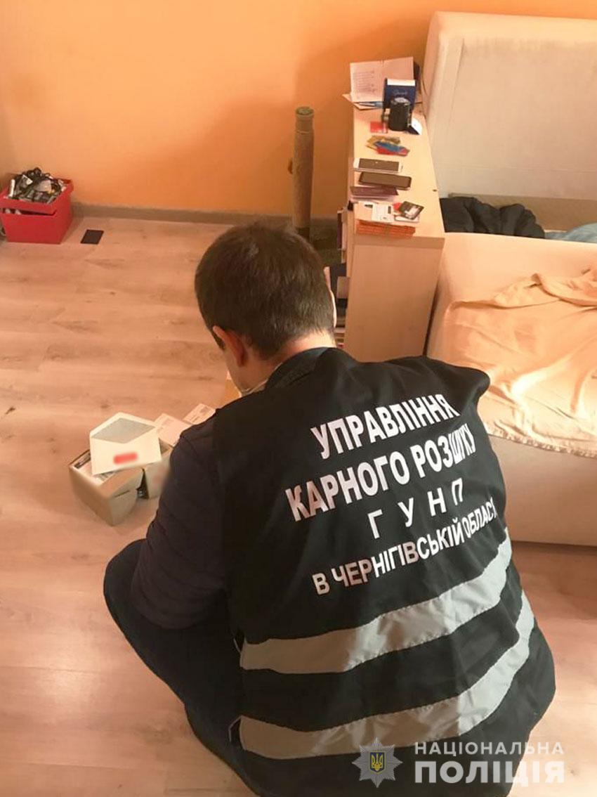 Обшуки у підозрюваних в шахрайстві на Чернігівщині.