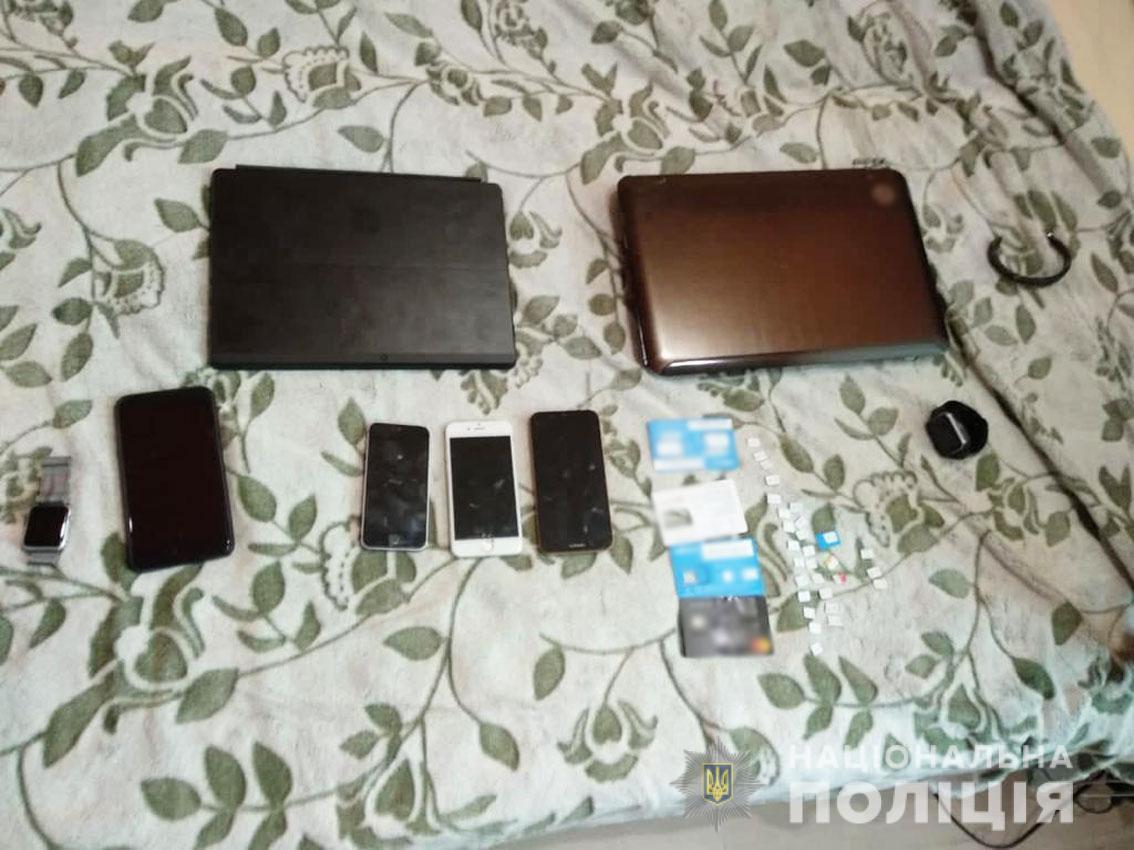Під час обшуків було вилучено сім-карти і телефони.