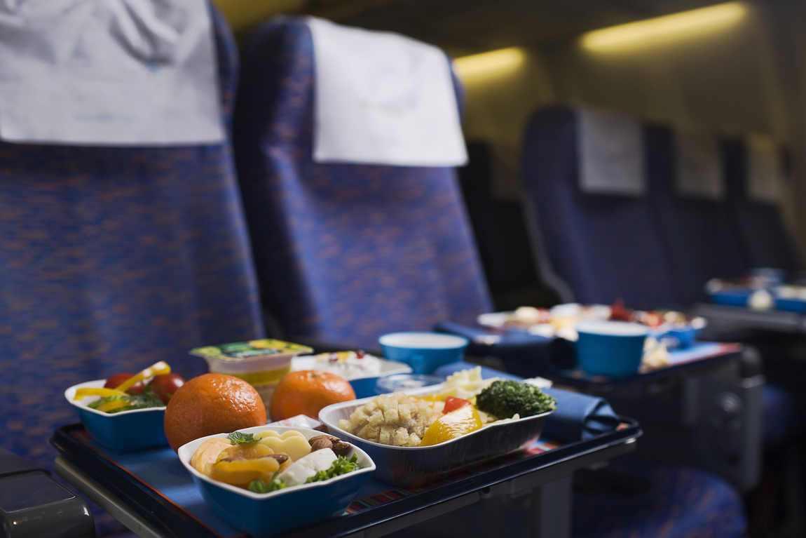 Американські вчені розповіли, чим небезпечна їжа на борту літака