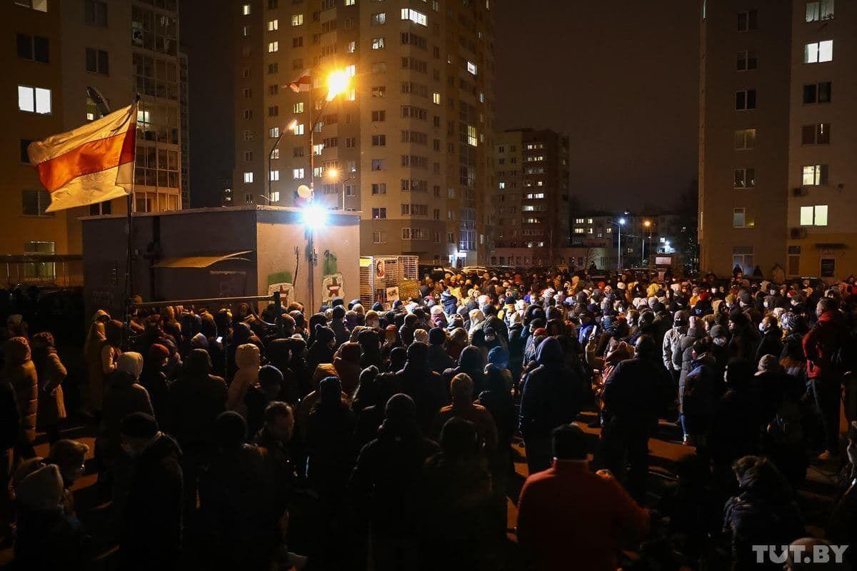 Люди прийшли вшанувати пам'ять Романа Бондаренко.
