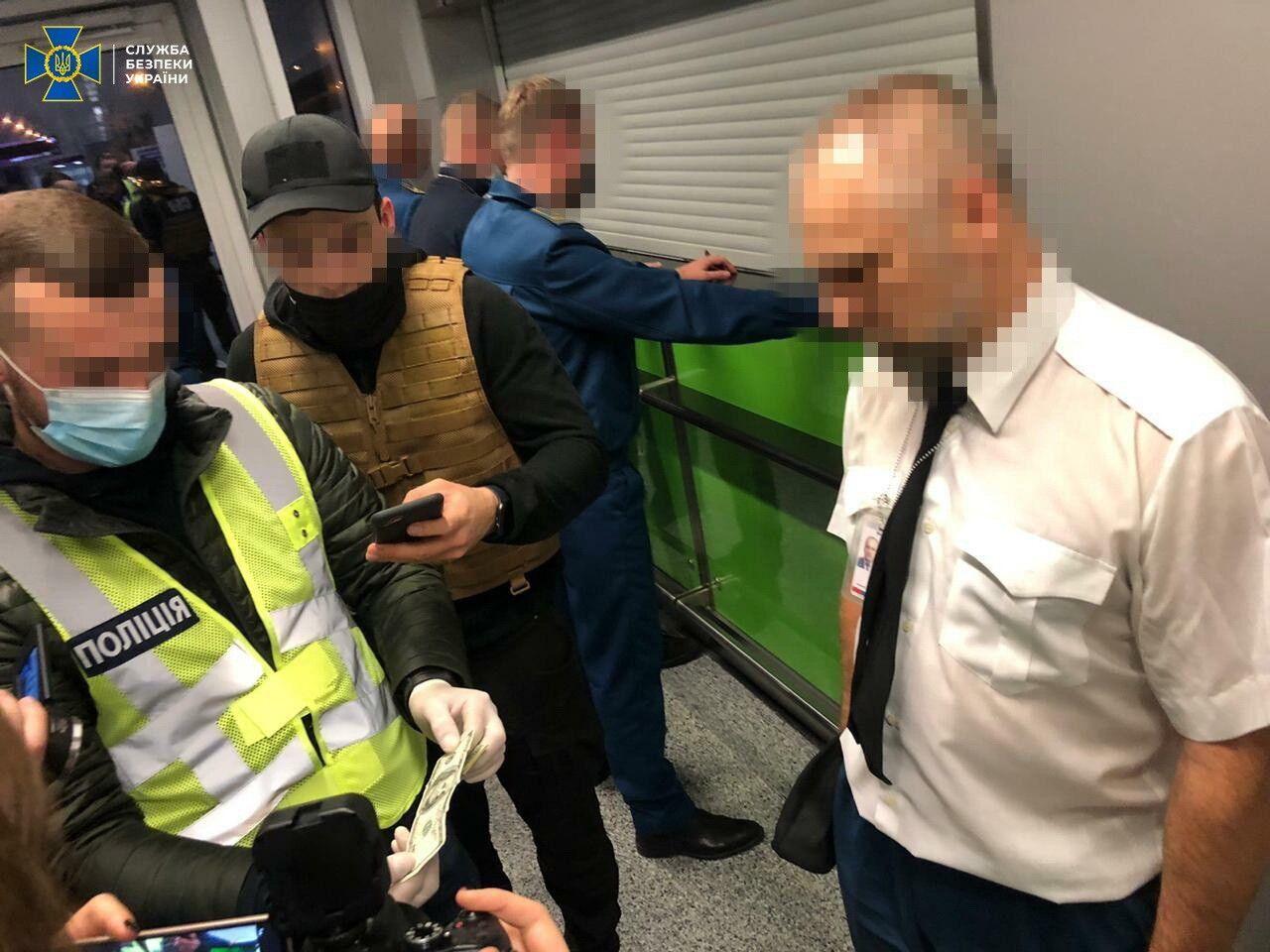 """В вымогательстве подозревают нескольких чиновников таможенного поста """"Аэропорт Борисполь""""."""