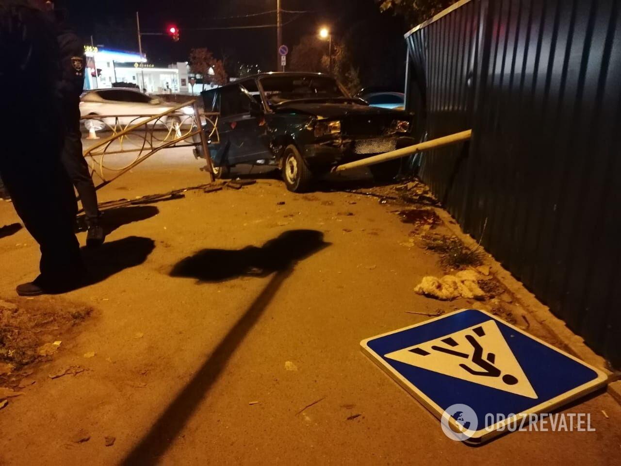 Після ДТП ВАЗ відлетів на тротуар і збив жінку.