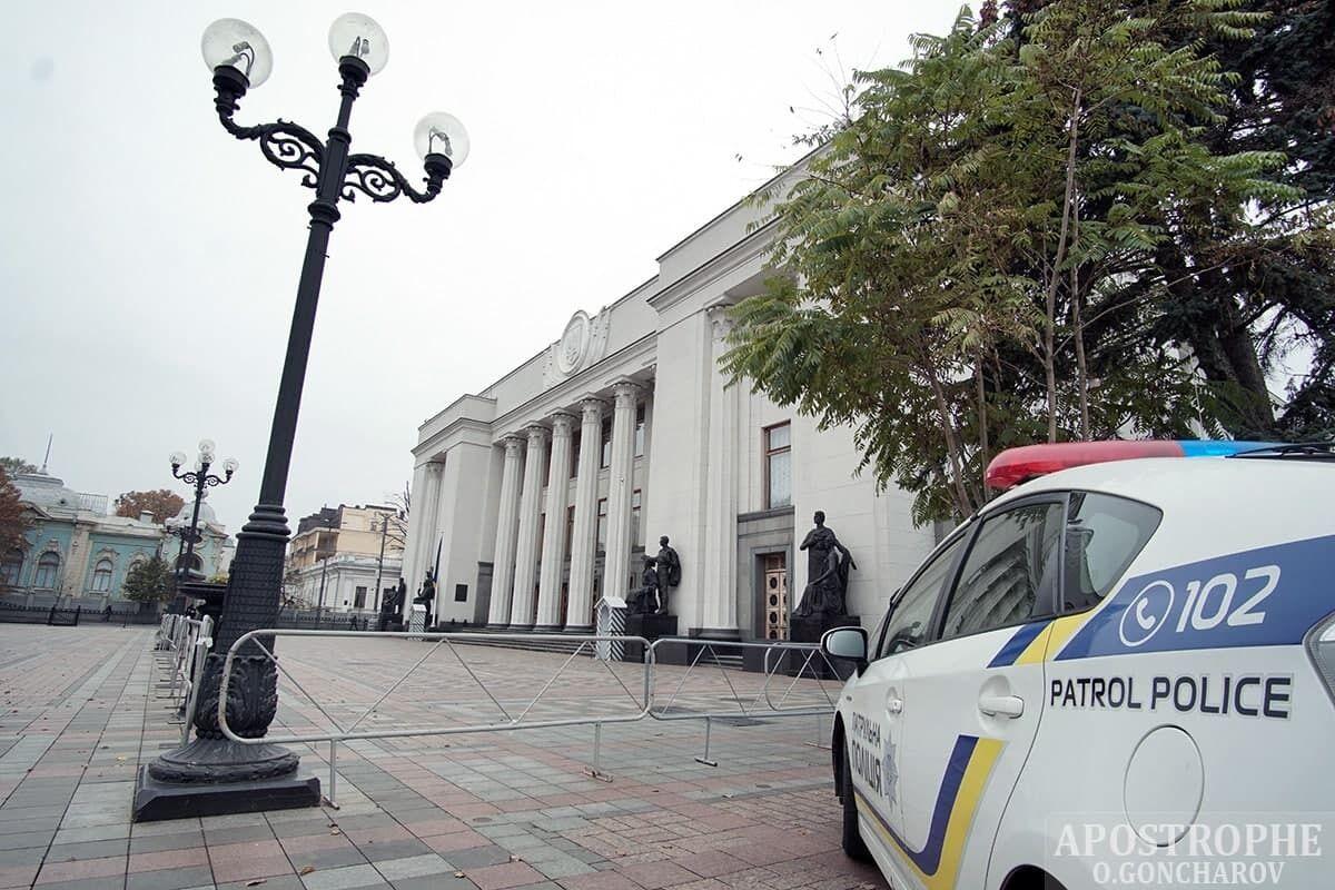 К зданию подъехала полиция