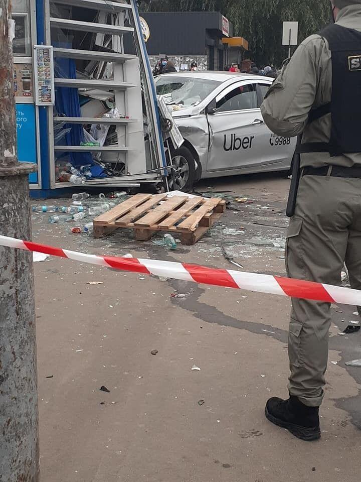 После удара с Нyundai такси вылетело на тротуар и влетело в киоск