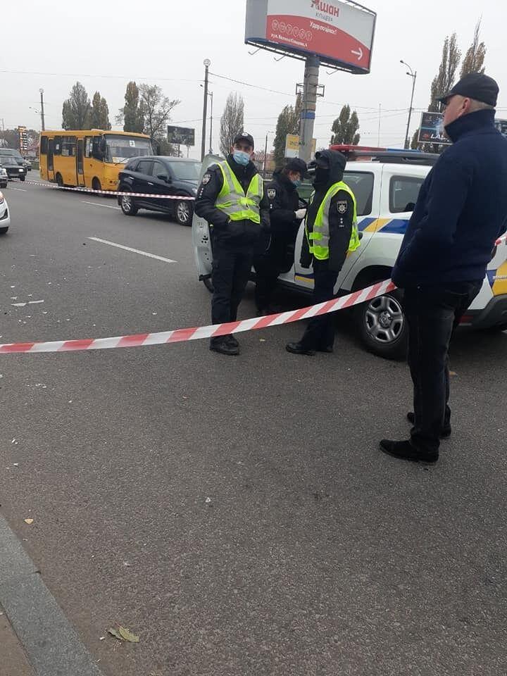 Правоохорнці допомогли постраждалому, якого затиснуло між авто й кіоском