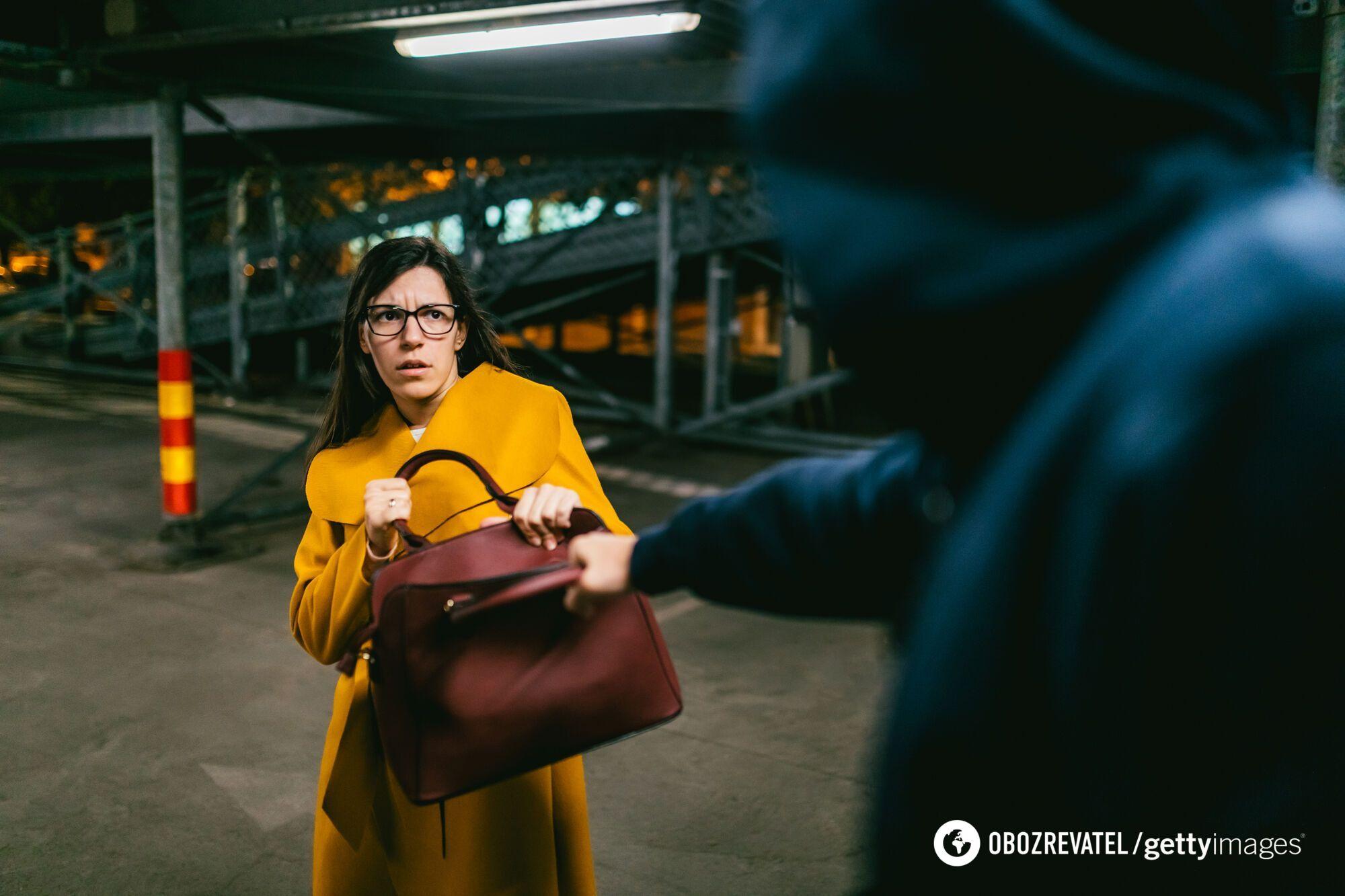 У Києві грабіжники відбирають у жінок сумки та телефони. Ілюстрація.