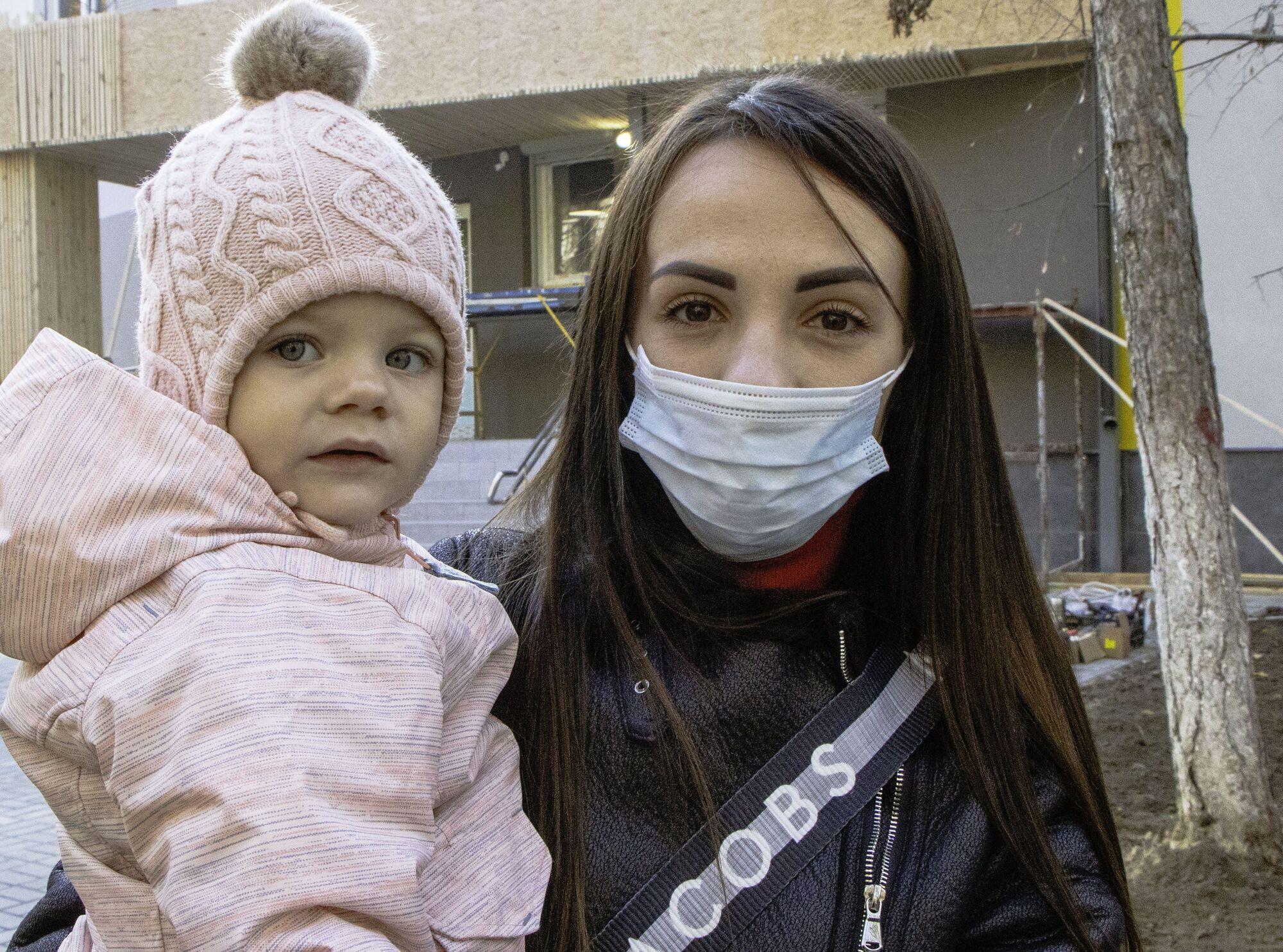 Молода матуся Євгенія Гриценко із маленькою донечкою Діаною