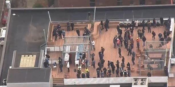 Заложников вывели на крышу