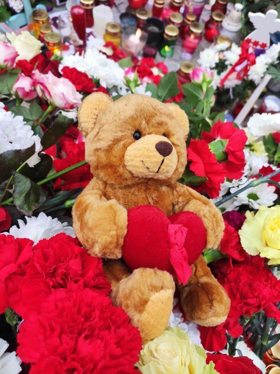 Дети приносят игрушки к месту памяти Романа Бондаренко