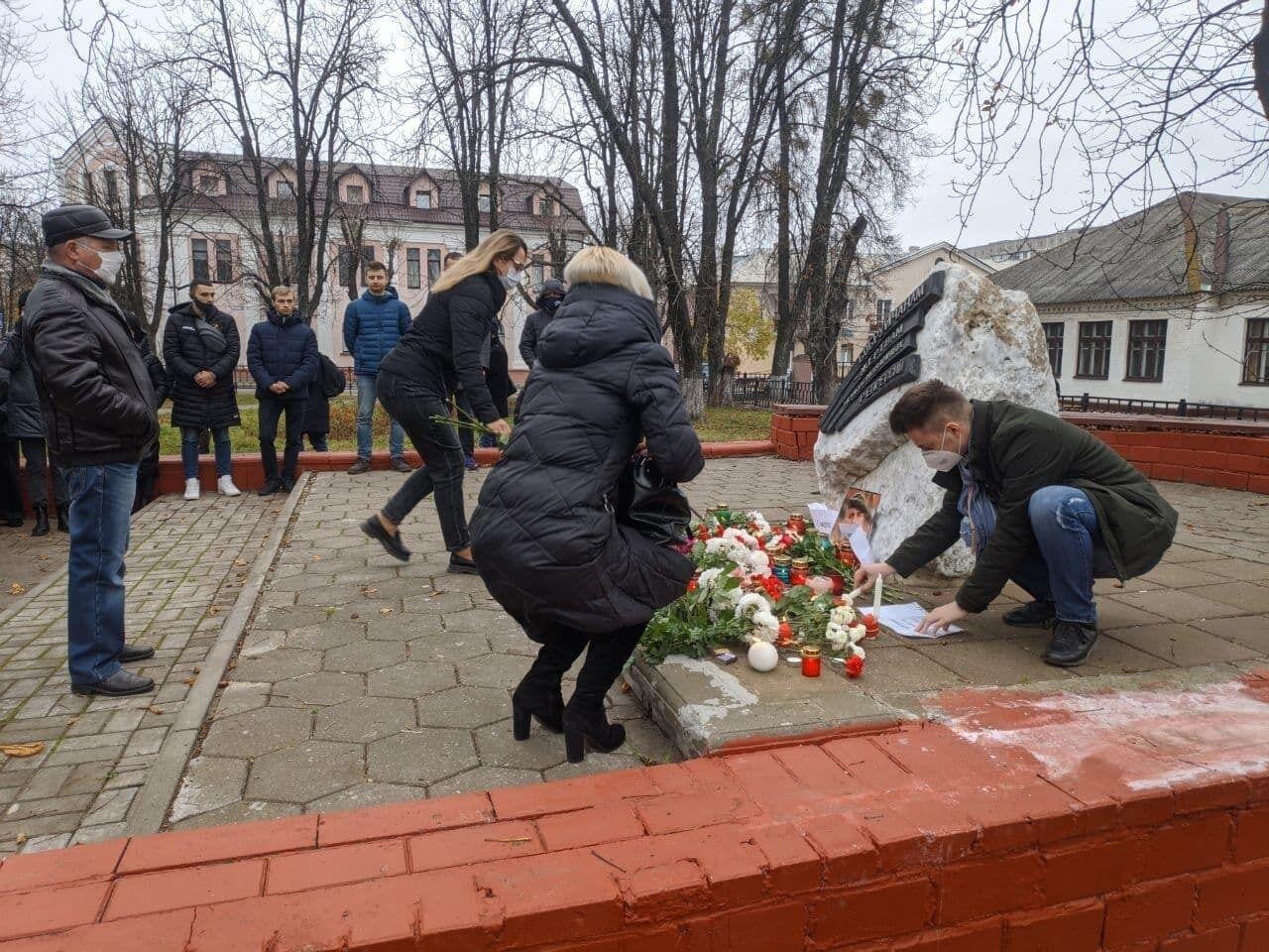 Белорусы приносят цветы и свечи