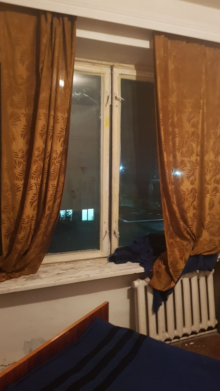 Зі старого вікна постійно дуло