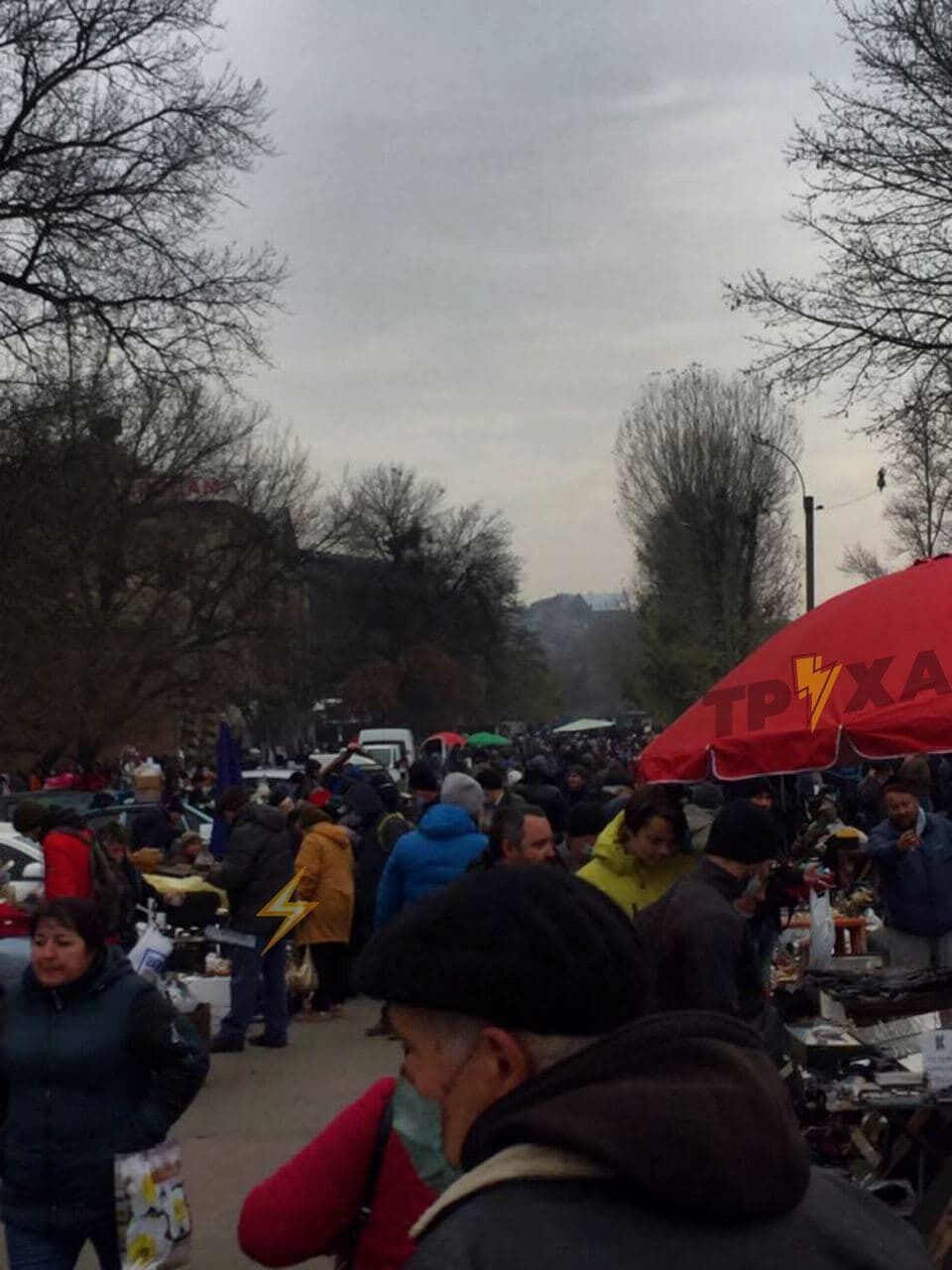 Сотні людей прийшли без масок.