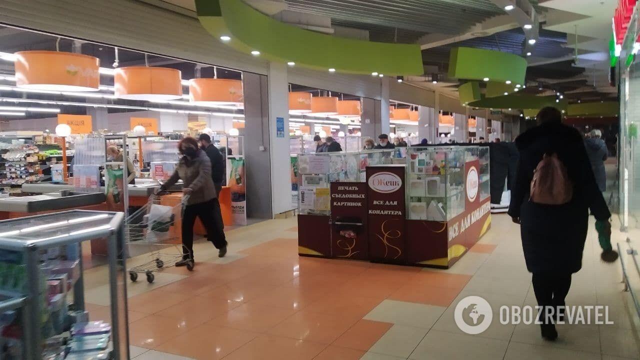 В ТЦ работает только продуктовый магазин.