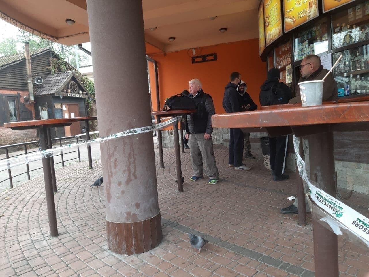 Кафе в Гидропарке обслуживает гостей.