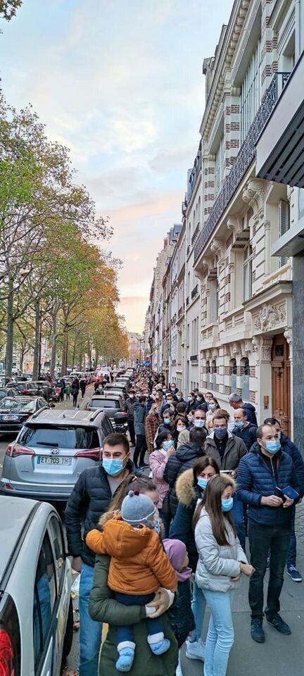 Длинная очередь на участке во Франции