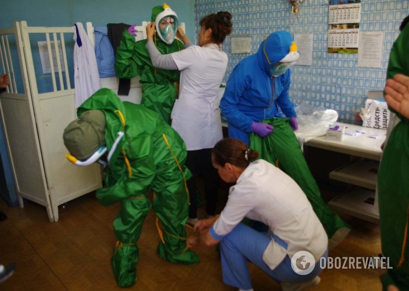 Бердянські лікарі, які лікують ковід, заступають на зміну