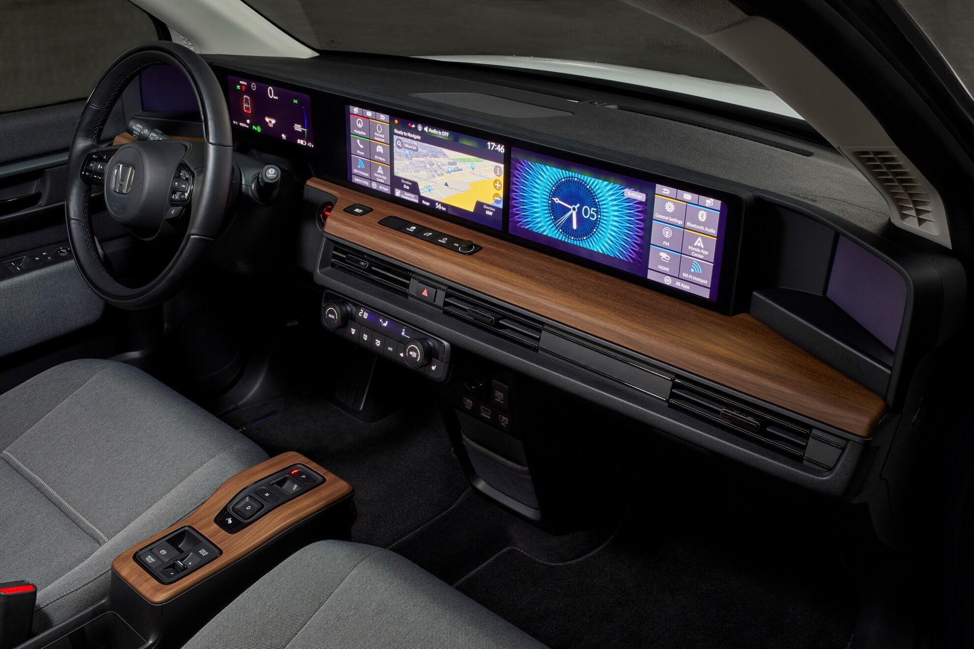 Honda e – перший у світі серійний автомобіль, у якого всю довжину приладової панелі займають цифрові екрани