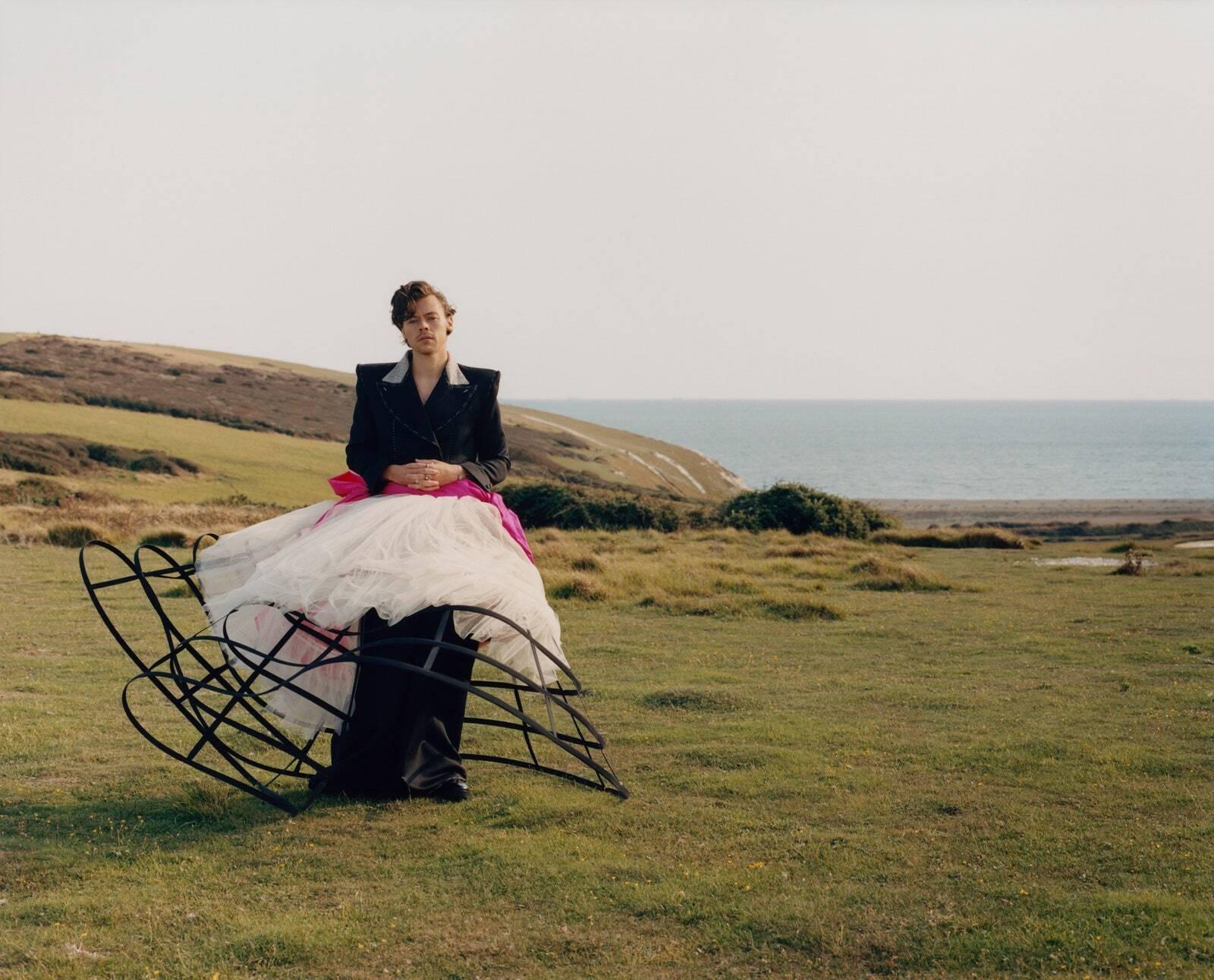 """Гаррі Стайлс з'явився на обкладинці журналу """"Vogue"""" у жіночому одязі"""