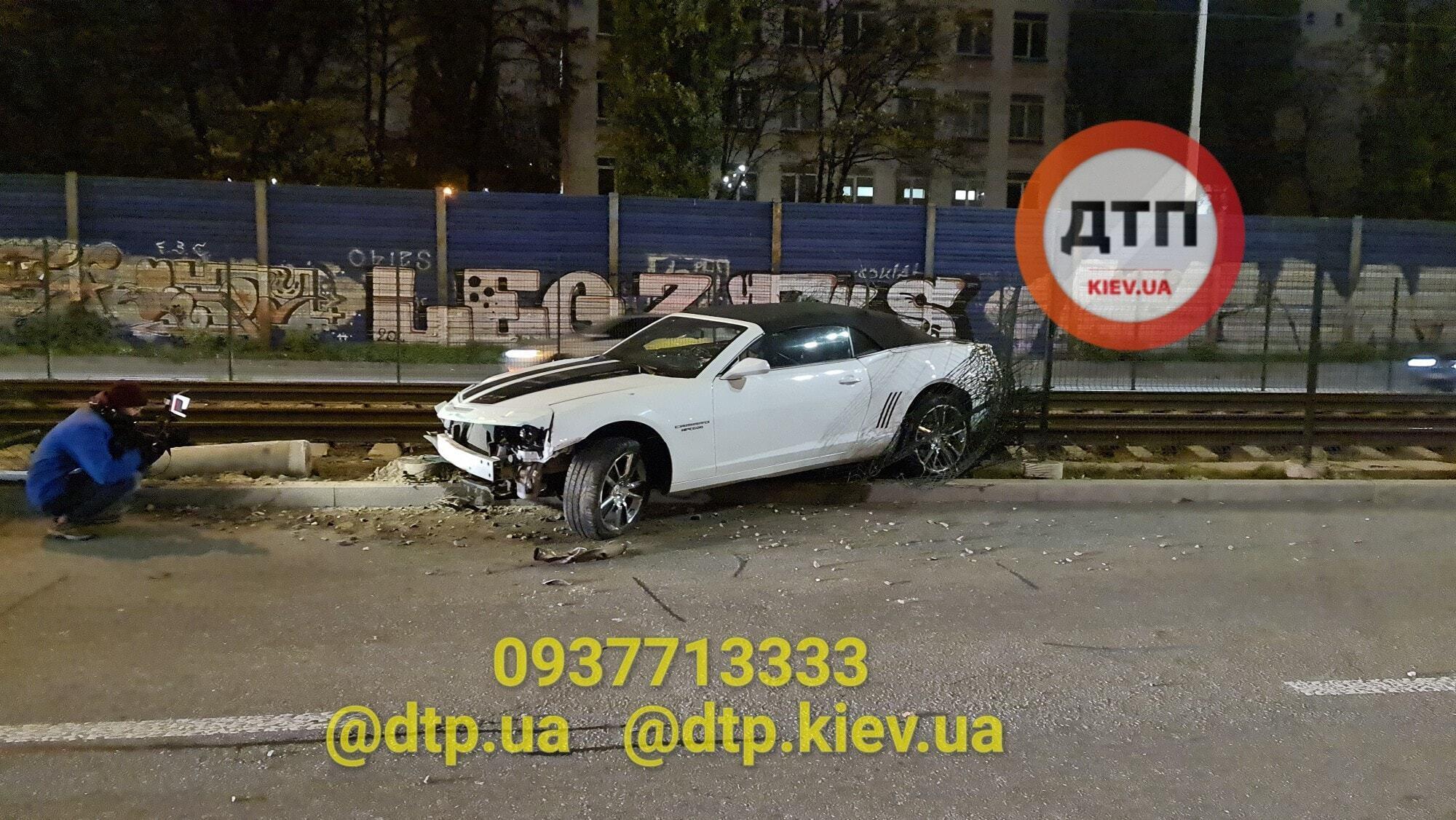 Машину викинуло на трамвайні колії