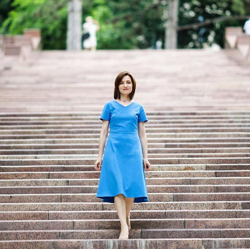 Мая Санду у блакитній сукні
