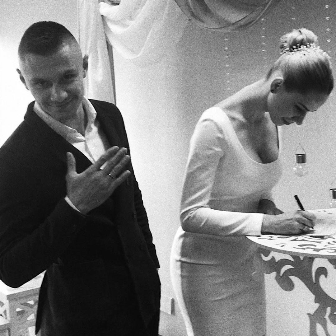 Анна Зубкова расписывается с Александром