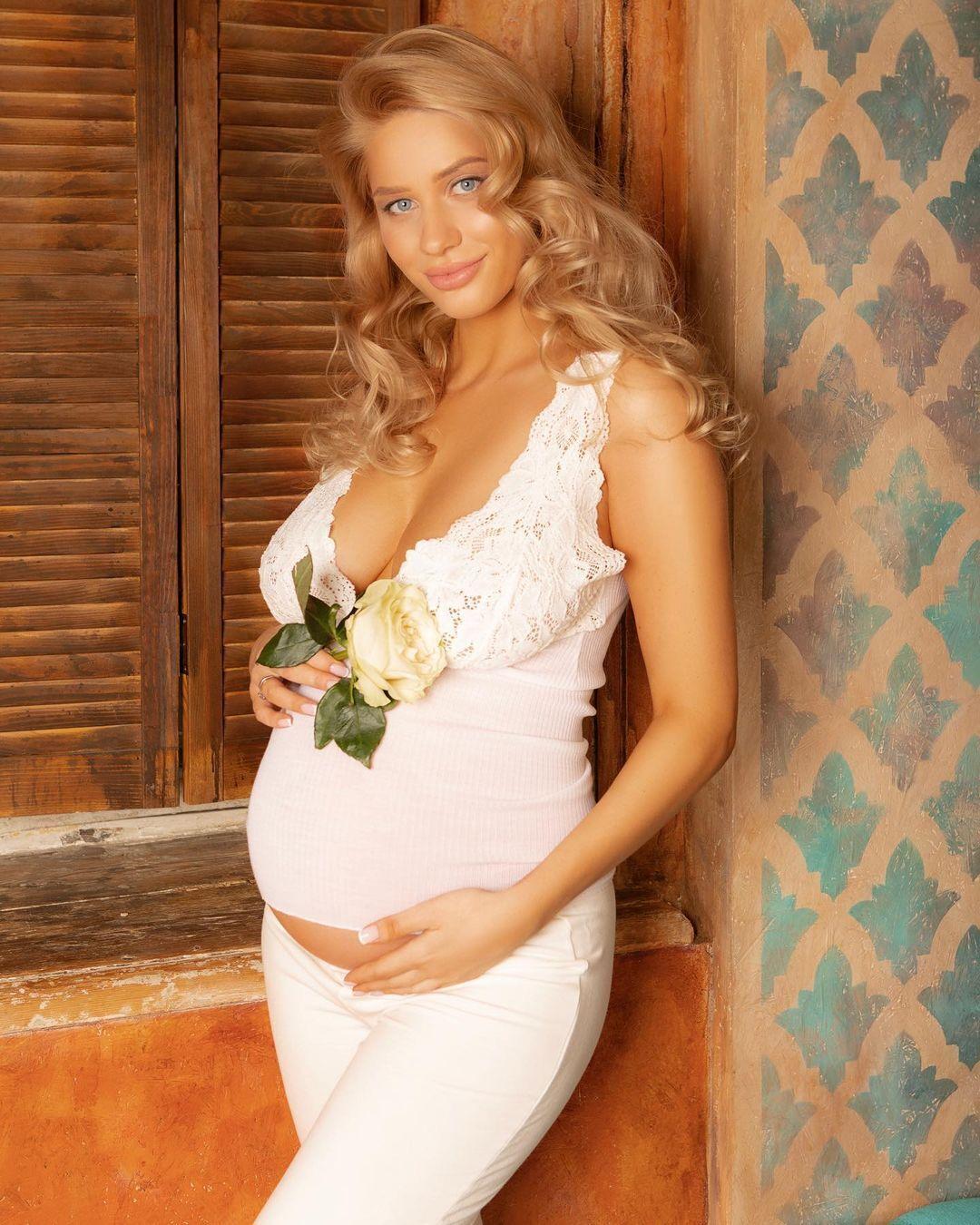 Анна Зубкова в платье