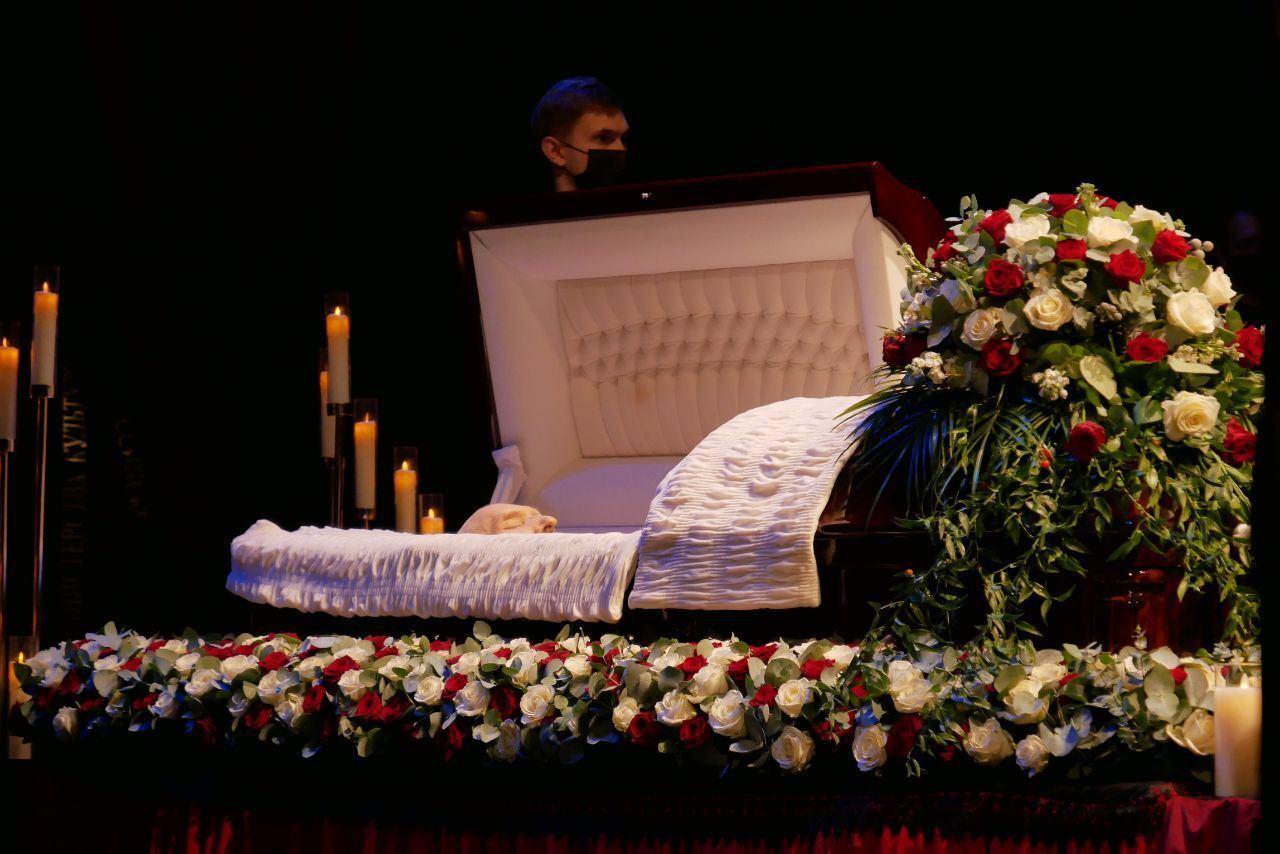 Гроб с телом Джигарханяна