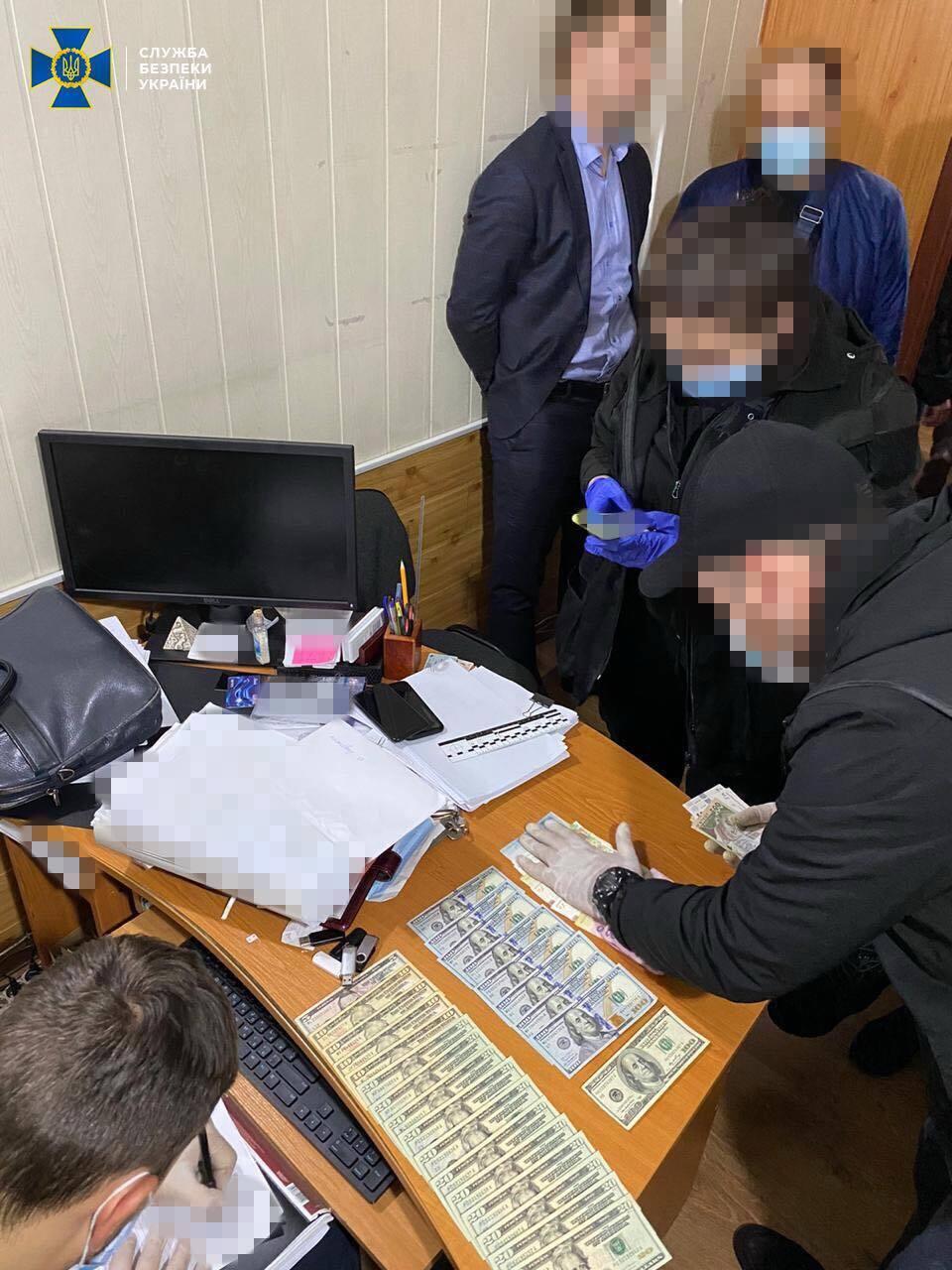 Правоохоронці затримали підозрюваних посадовців на робочому місці