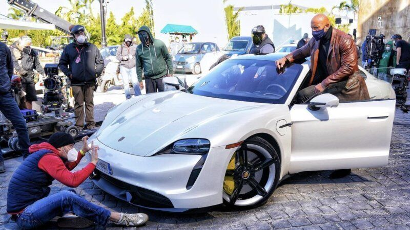 Дуейн Джонсон намагається влізти в Porsche Taycan