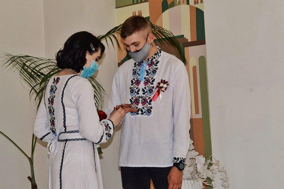 Іван з нареченою Оленою у день весілля