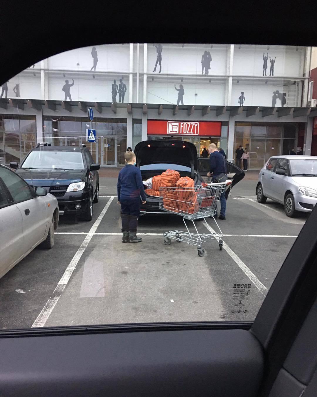 Mercedes S-Class W222 із мішками моркви