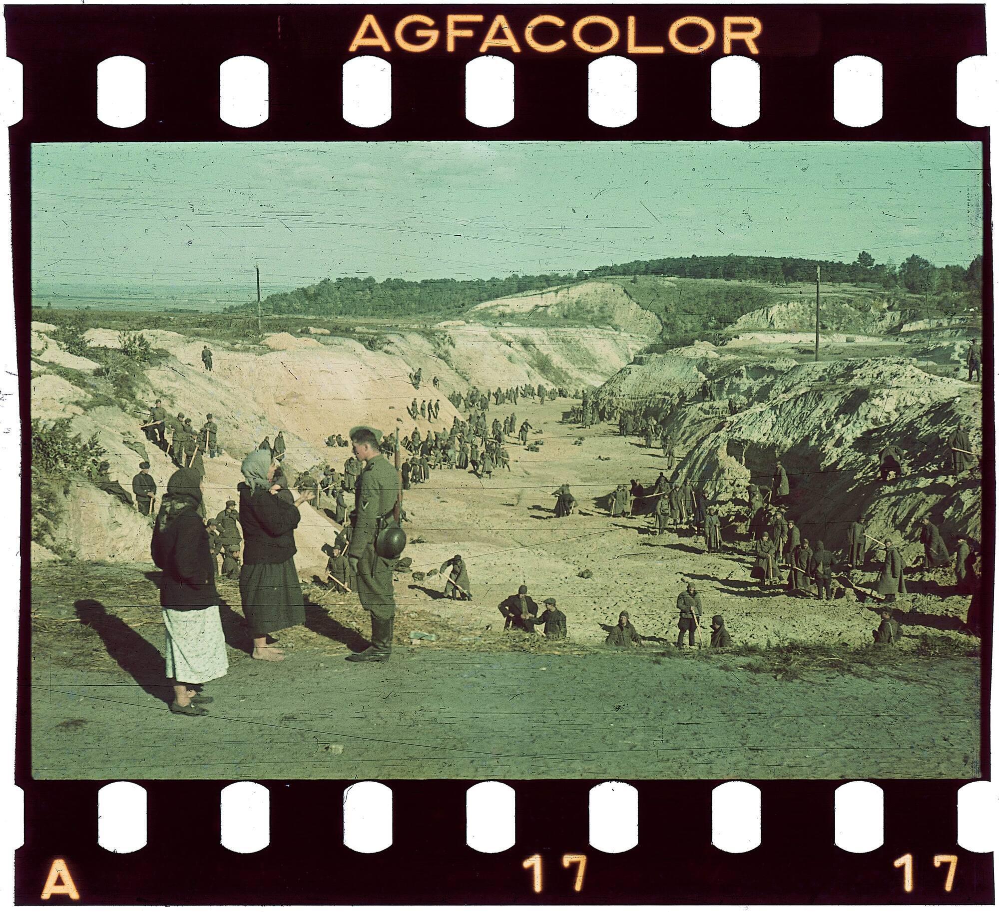 Военнопленные засыпают землей участок Бабьего Яра, где лежат тела почти 34 тысяч расстрелянных киевских евреев. Автор фото: Йоханнес Хеле, начало октября 1941 год