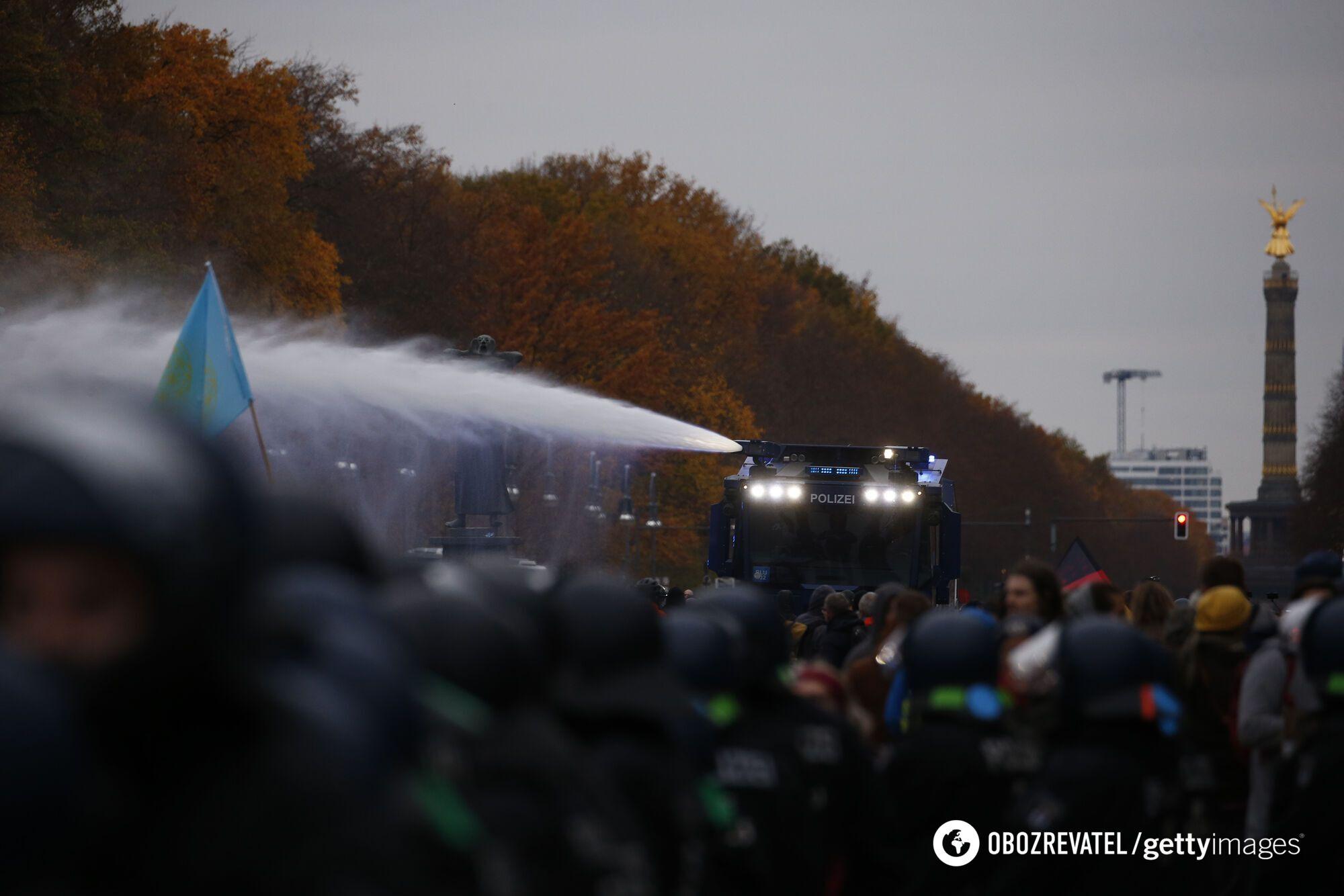 Полиция в Берлине применила водометы.
