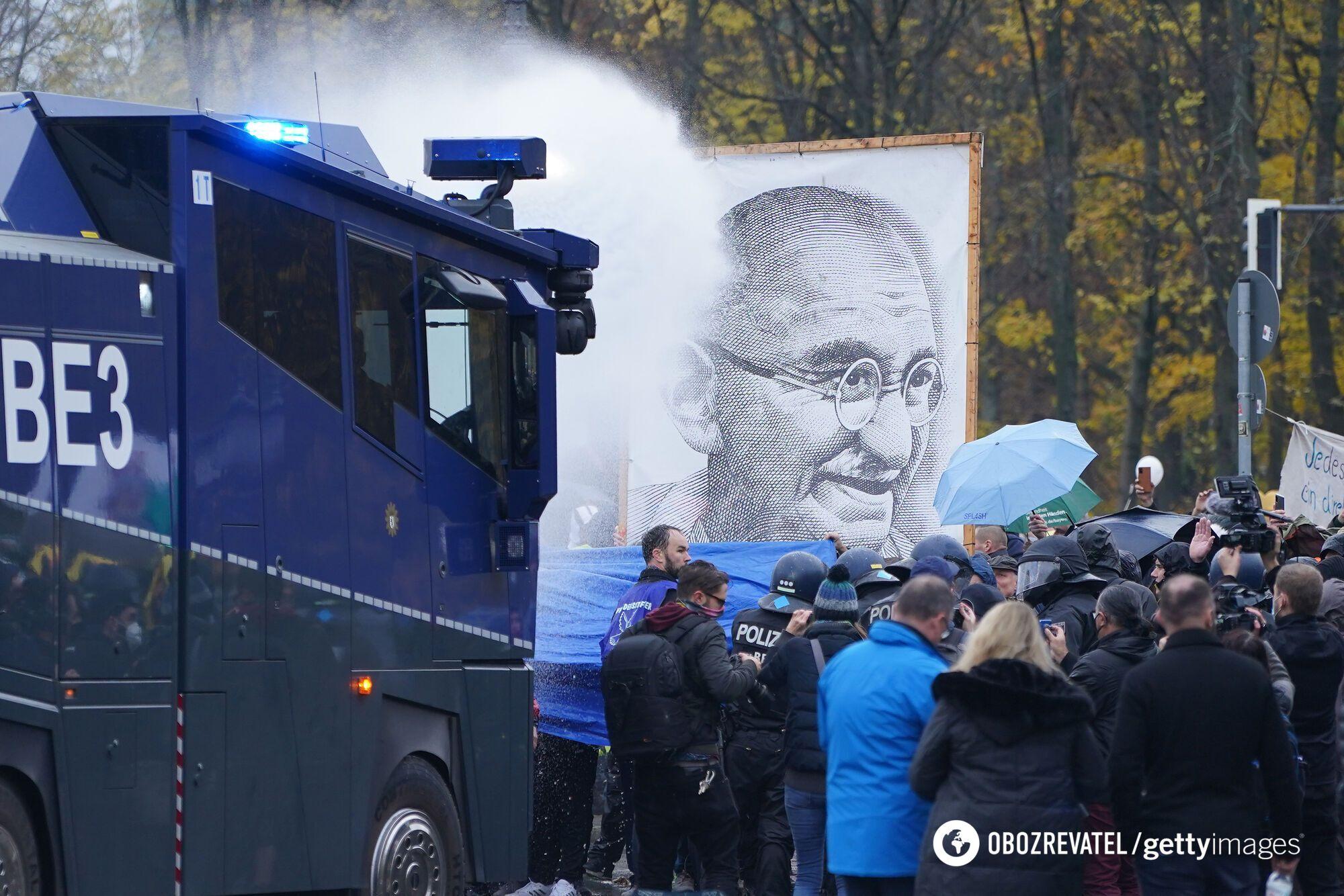 Применение водометов против демонстрантов в Берлине.