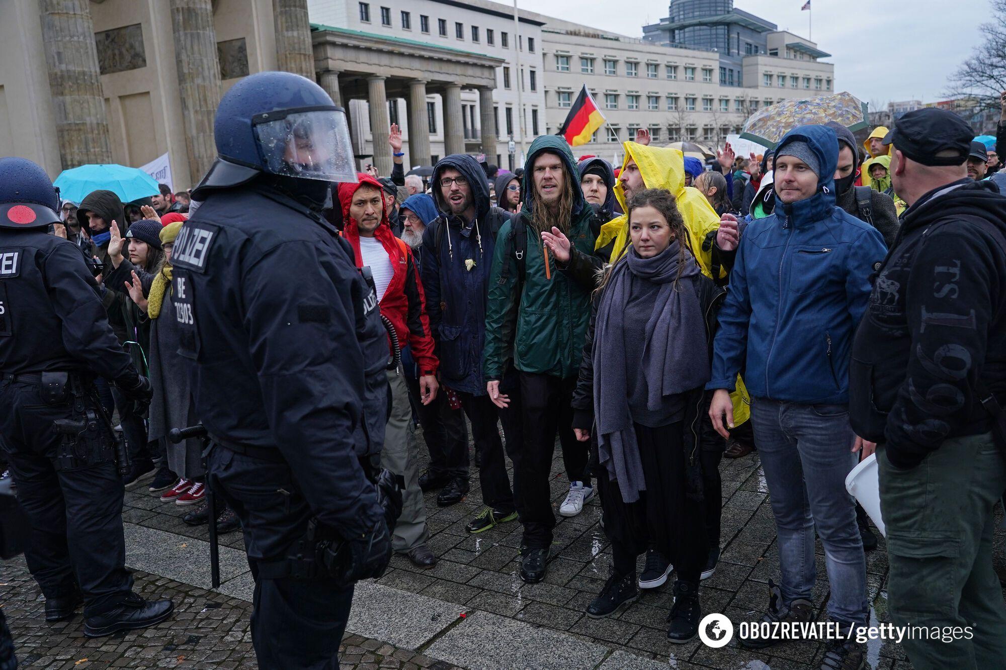 В Берлине люди вышли на протест из-за усиления карантина.