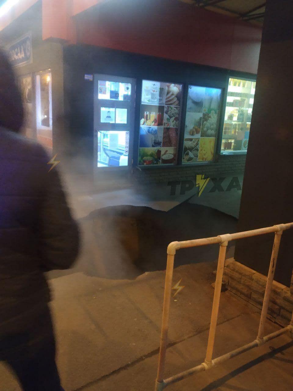 Яма из-за обвала асфальта в Харькове