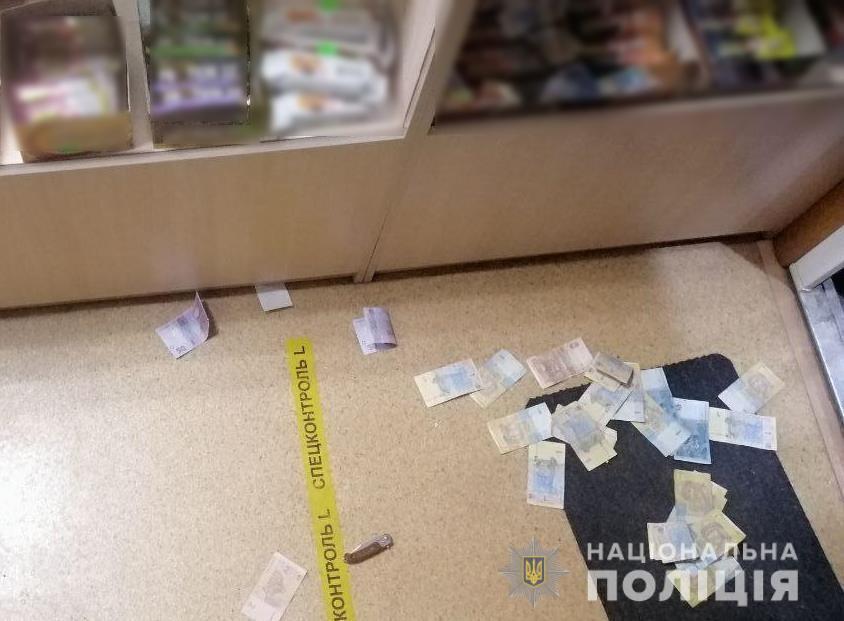 Угрожая ножом мужчина забрал деньги и личные вещи продавщицы.