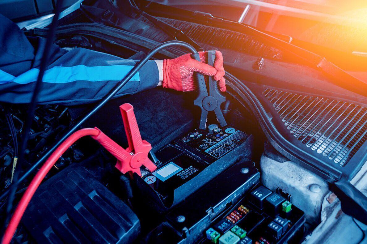"""Если аккумулятор """"умер"""", единственный выход прямо на месте – """"прикуриться"""" от другого авто"""