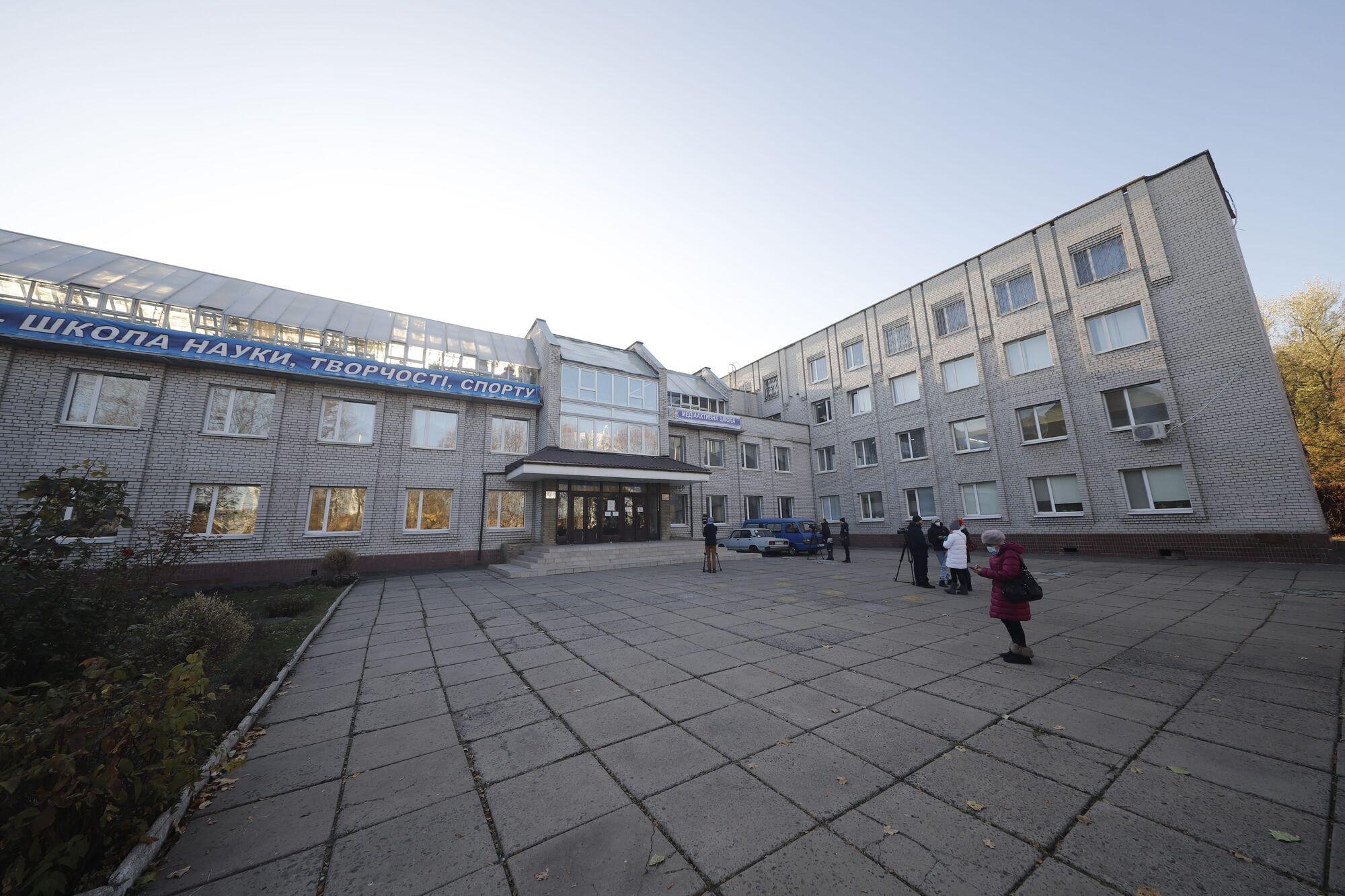 В учебно-воспитательном комплексе №28 расположены сразу два избирательных участка – №121180 и №121181