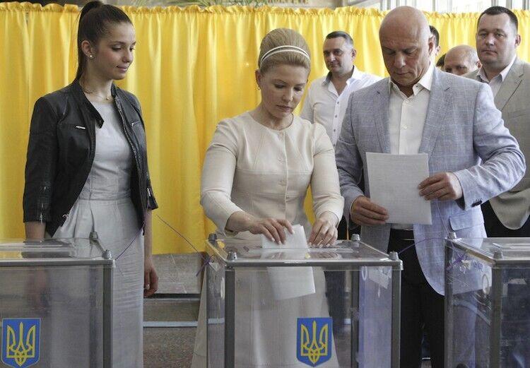 """Юлія Тимошенко із зачіскою в стилі """"хала"""""""