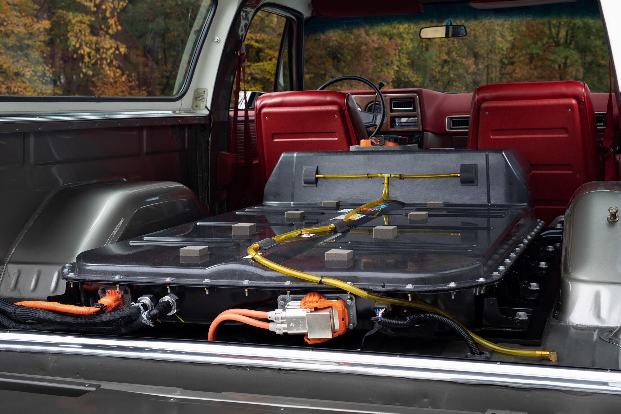 Батарея ємністю 60 кВтг розміщена в багажному відділенні машини