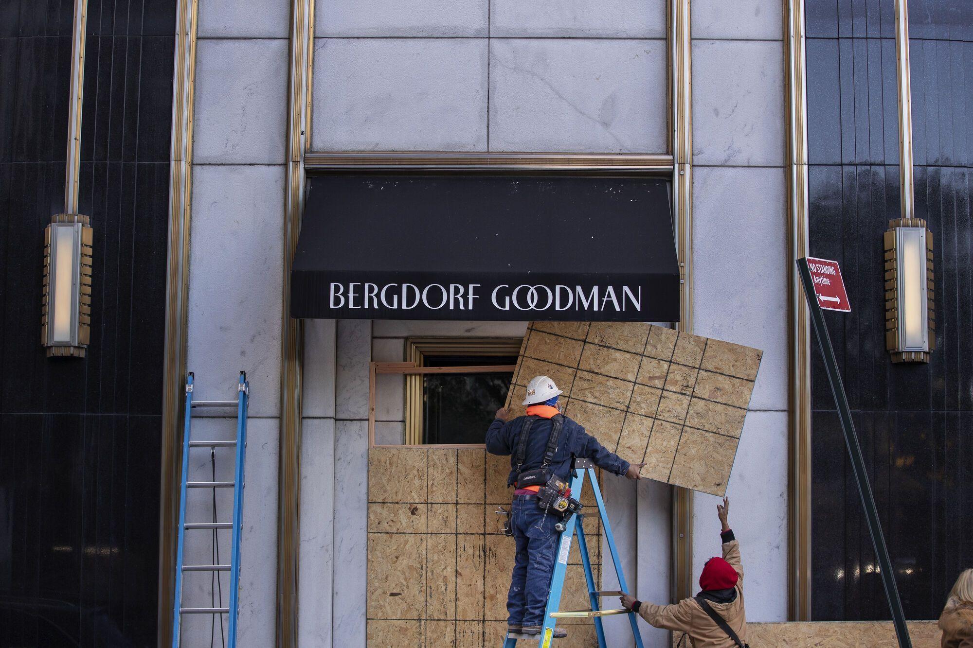 У США магазини захищають входи й вітрини