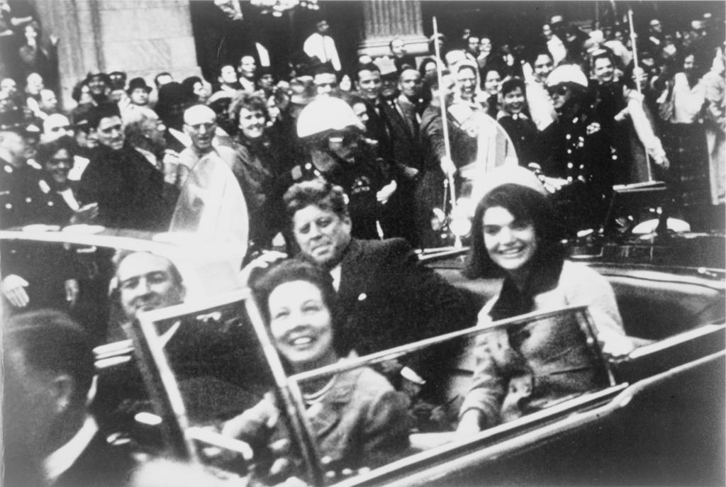 Кеннеди на заднем сидении лимузина, незадолго до выстрела