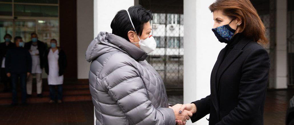 Порошенко передала помощь в 12-ю больницу столицы