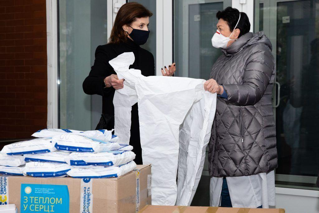 Марина Порошенко передала сотни защитных костюмов и очков в 12-ю больницу Киева