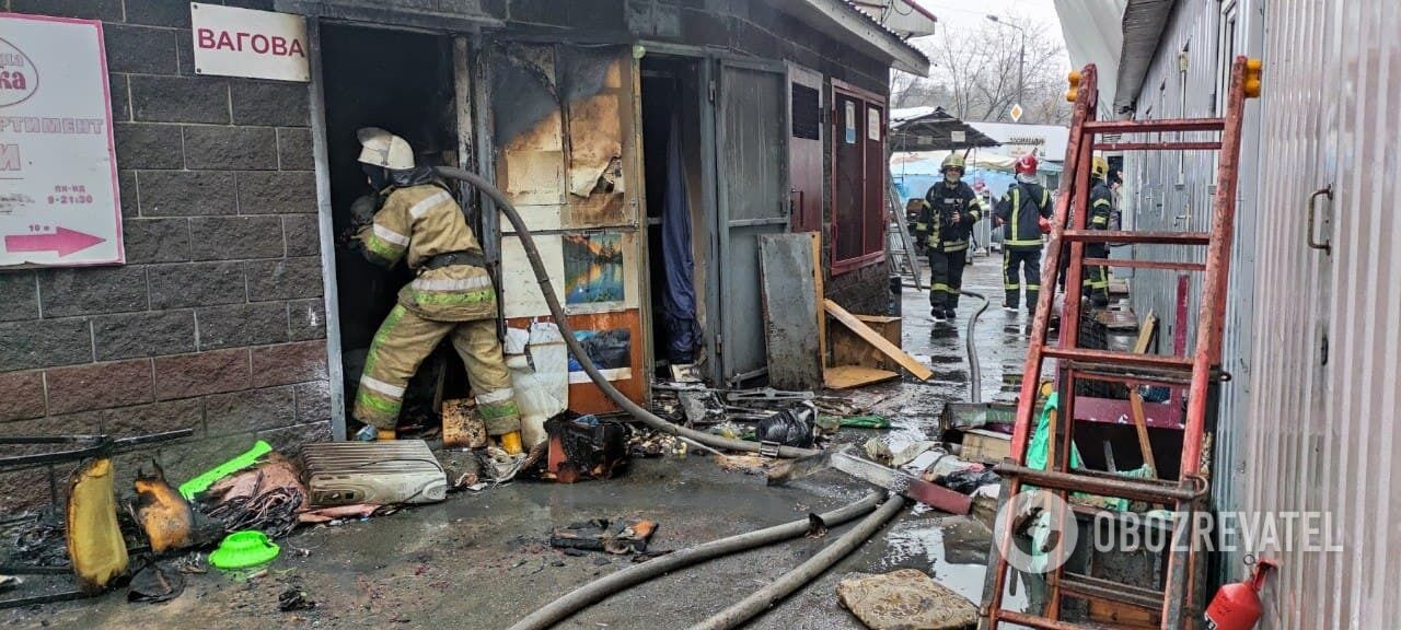 Пожарники оперативно потушили пожар на рынке.