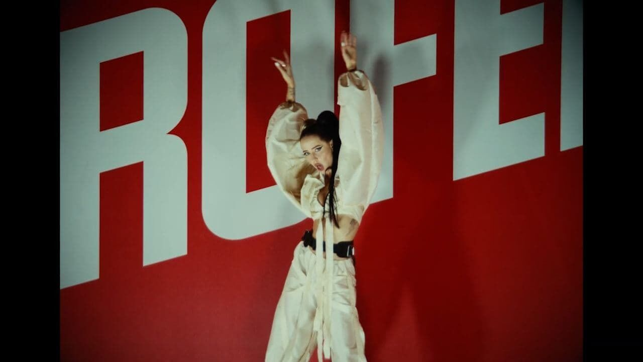 Как выглядит Надя Дорофеева в клипе своей сольной песни